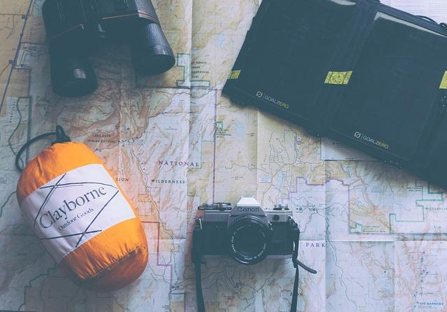 Image d'une carte, d'un sac de couchage et d'un appareil photo voyage