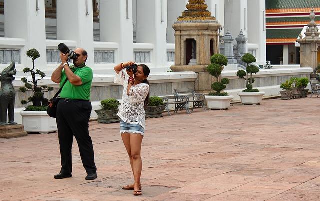 deux personnes photographiant un monument