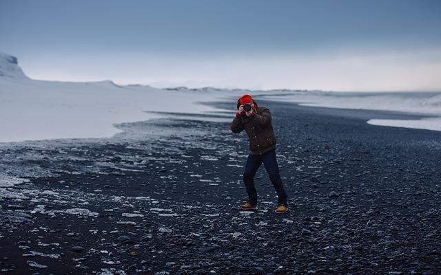 Image d'un photographe au milieu d'un paysage
