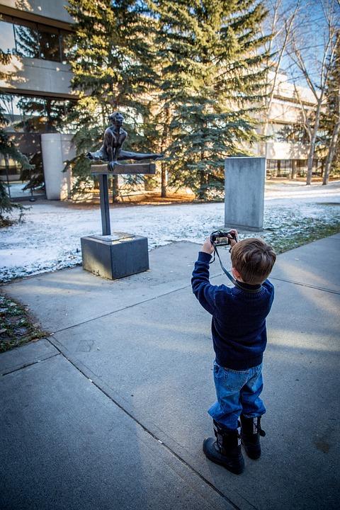 Garçon avec un appareil photo compact